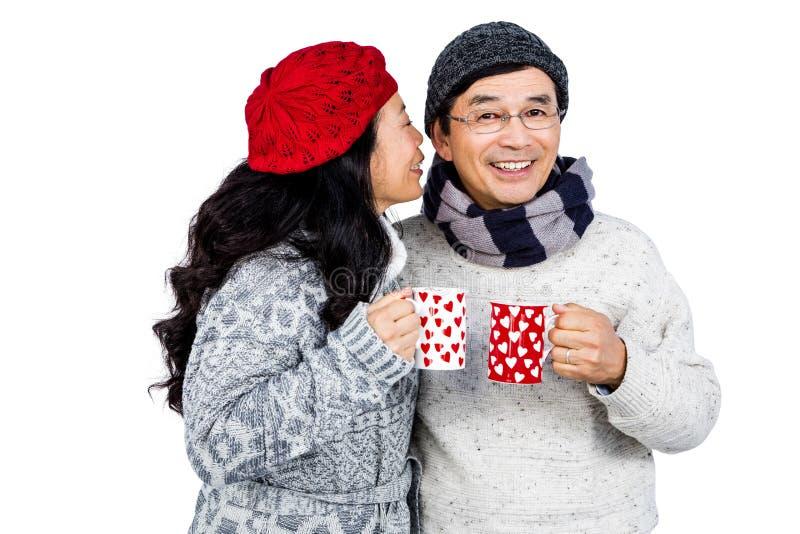 Più vecchie coppie asiatiche che hanno bevande calde fotografie stock libere da diritti