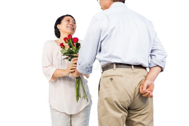 Più vecchie coppie asiatiche con le rose fotografia stock libera da diritti