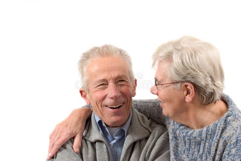Più vecchie coppie che hanno una risata immagini stock