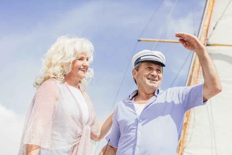 Più vecchie coppie che stanno su un yacht fotografia stock libera da diritti