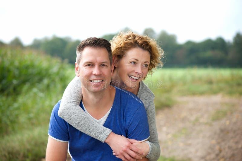Più vecchie coppie felici che sorridono insieme all'aperto fotografia stock libera da diritti