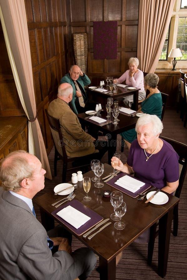 Più vecchie coppie in ristorante immagine stock