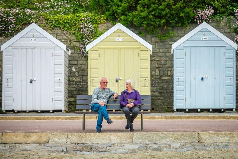 Più vecchie coppie sul banco a Bournemouth fotografie stock libere da diritti