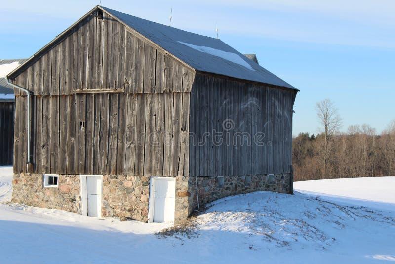 Più vecchio granaio nell'inverno fotografia stock