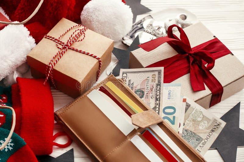 piątek czarny sprzedaż Karty kredytowe i pieniądze w portflu, papierowe torby obrazy stock