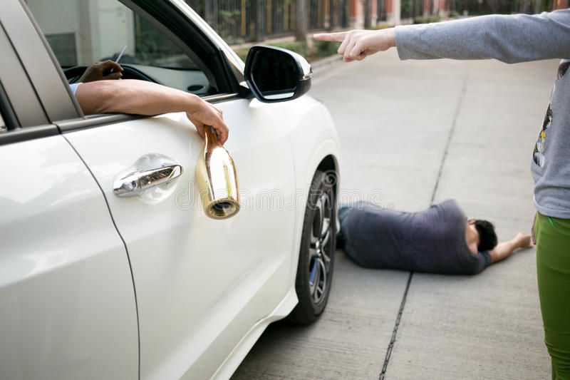 Pić alkohol podczas gdy jechać jest niebezpieczny fotografia royalty free