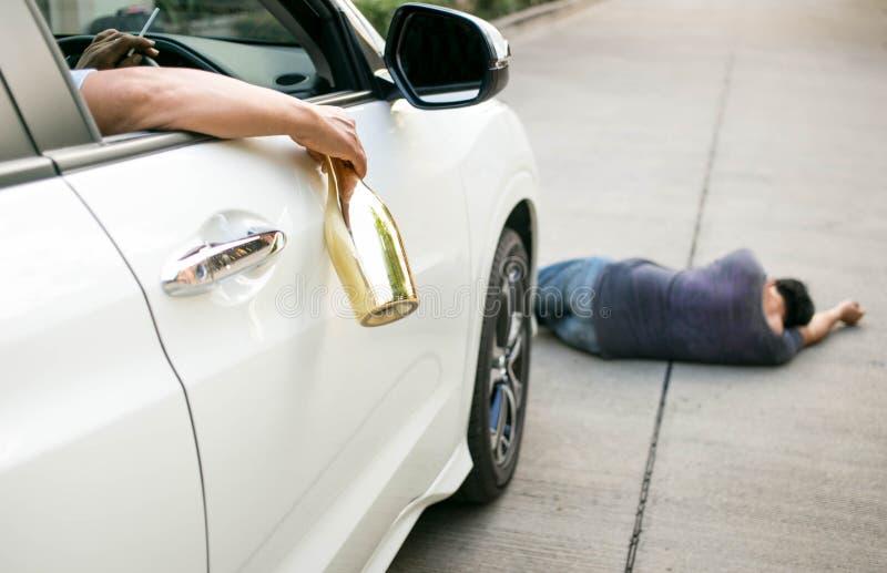 Pić alkohol podczas gdy jechać jest niebezpieczny obraz stock