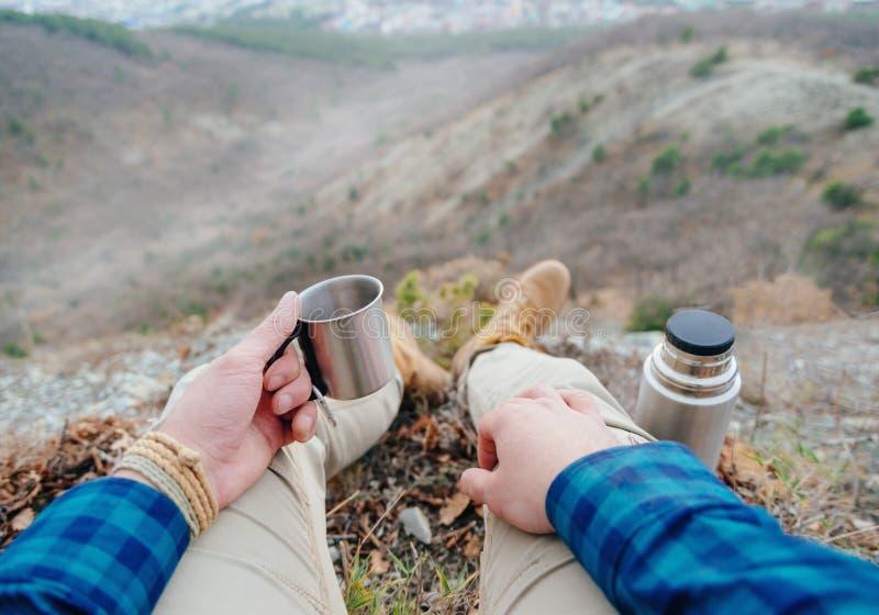 Pić herbaty w górach zdjęcia royalty free