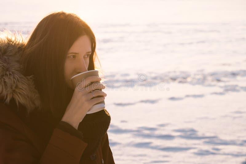 Pić kawę iść w zimie obrazy royalty free