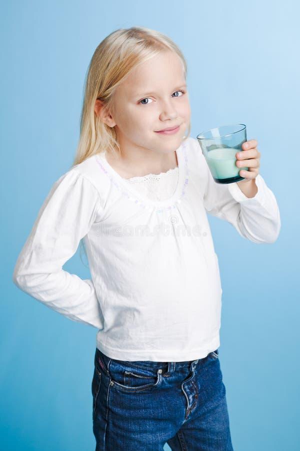 pić mleka młodych dziewcząt obrazy royalty free