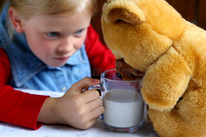 pić mleko fotografia stock