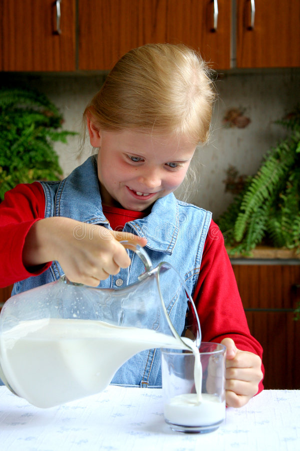 pić mleko obraz royalty free