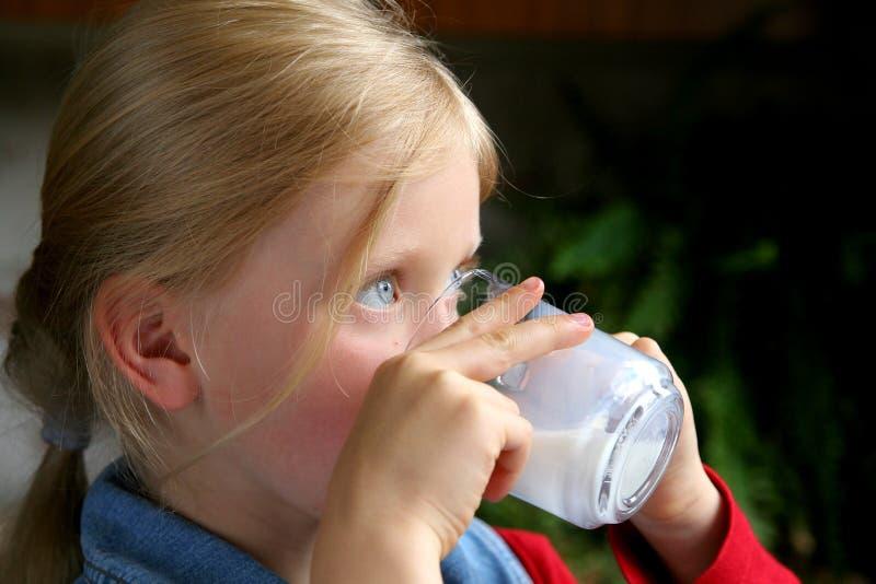 pić mleko zdjęcia royalty free