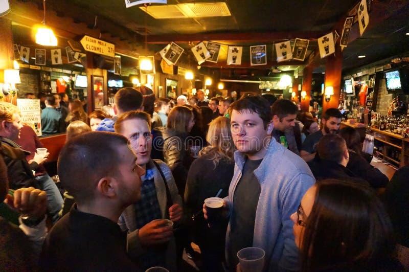 Pić piwo na świętego Patricks dniu zdjęcie royalty free