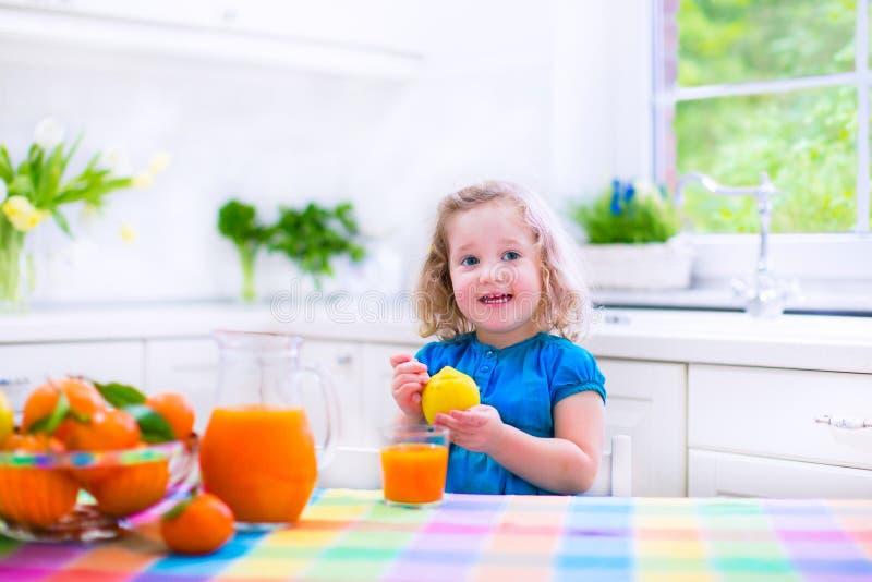 pić sok pomarańczowy małą dziewczyną zdjęcie royalty free