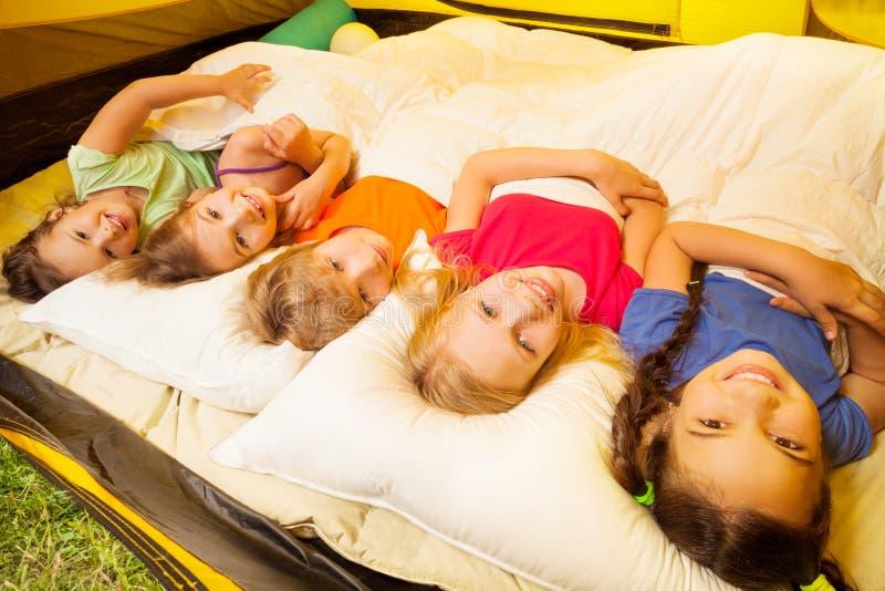 Pięć ładnych dzieciaków kłaść zakrywają z koc zdjęcia royalty free