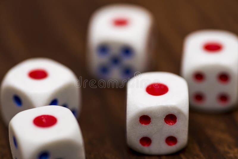 Pięć białych kostek do gry na drewnianym tle, w górę, obraz stock