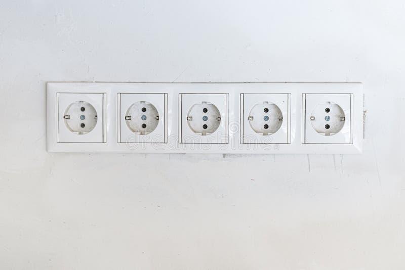 Pięć białych władz nasadek z ramą na biel ścianie jako tło zdjęcie royalty free