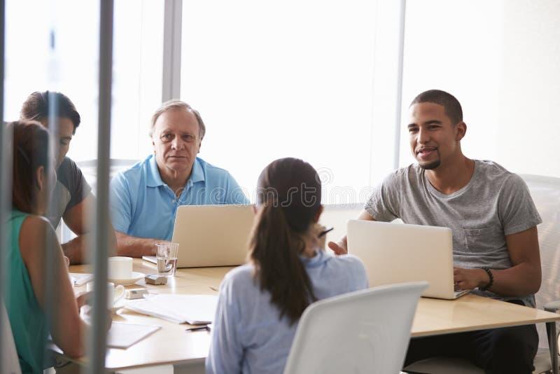 Pięć biznesmenów Ma spotkania W sala posiedzeń zdjęcia stock