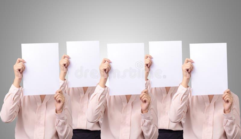 Pięć biznesowej kobiety Azjatycka pokrywa z puste miejsce pustą białą księgą dla kryjówki emocji jej twarz fotografia stock
