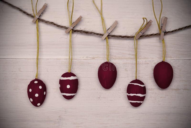 Pięć Czerwonych Wielkanocnych jajek Wiesza Na linii Z ramą obraz royalty free