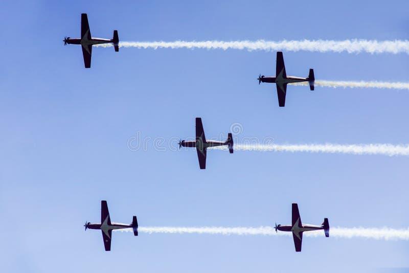 Pięć dżetowych samolotów lata w niebie zdjęcie royalty free