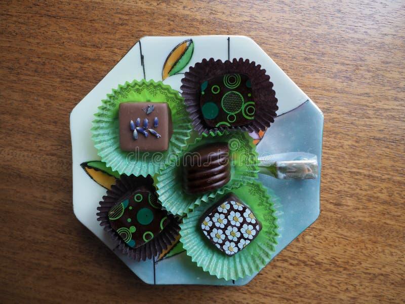 Pi?? Dekoruj?cych czekolad na porcelana cukierku naczyniu fotografia royalty free