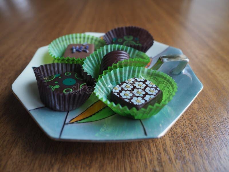 Pi?? Dekoruj?cych czekolad na porcelana cukierku naczyniu przy oko poziomem obraz royalty free