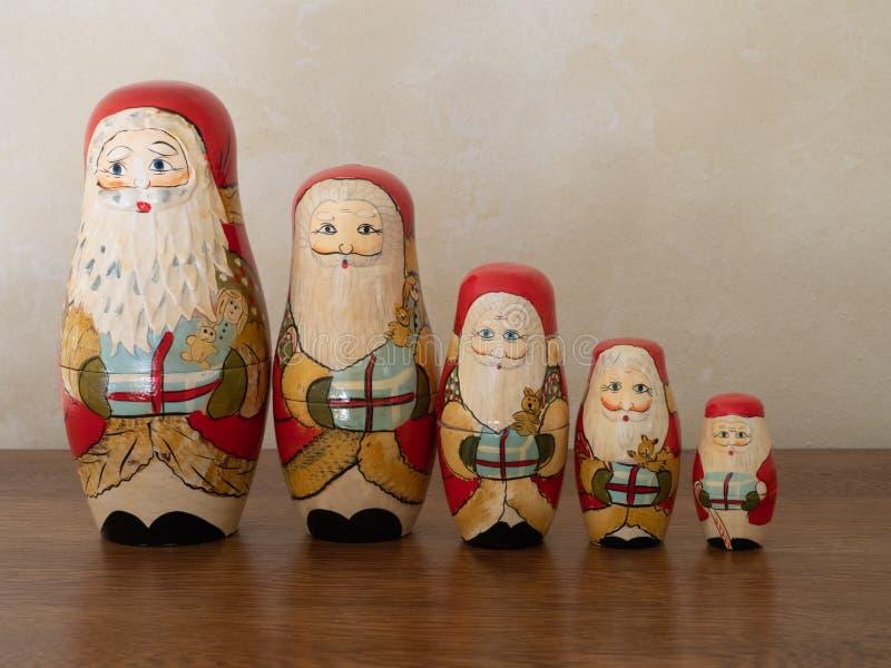 Pięć Drewniany Santa Gniazduje lale Trzyma prezenty zdjęcie royalty free