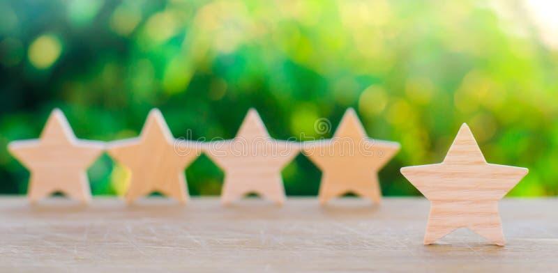 Pięć drewnianych gwiazd Dostaje kwinty gwiazdę Pojęcie ocena cenienie krytycy, goście, i zdjęcie stock