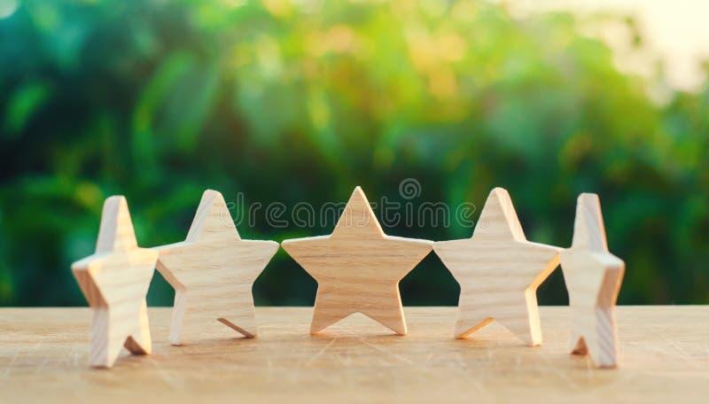 Pięć drewnianych gwiazd Dostaje kwinty gwiazdę Pojęcie ocena cenienie krytycy, goście, i zdjęcia royalty free