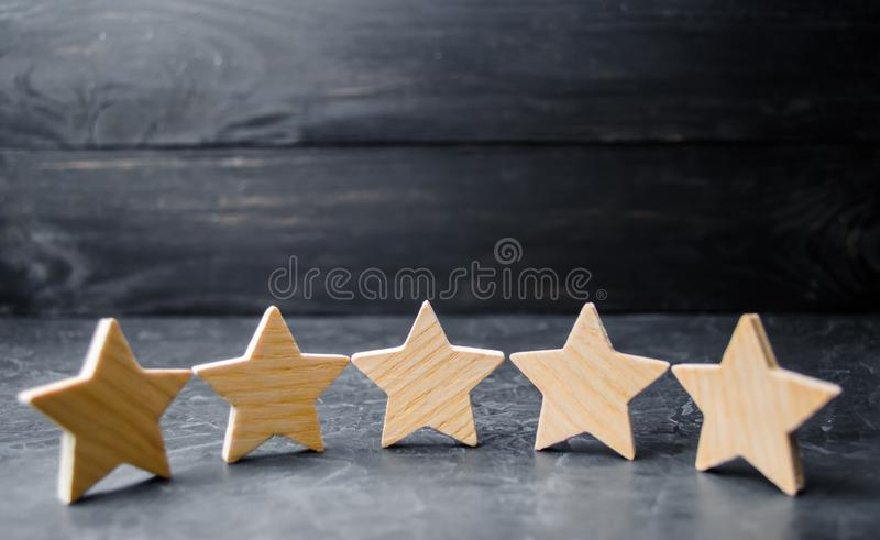 Pięć drewnianych gwiazd Dostaje kwinty gwiazdę Pojęcie ocena cenienie krytycy, goście, i obraz stock