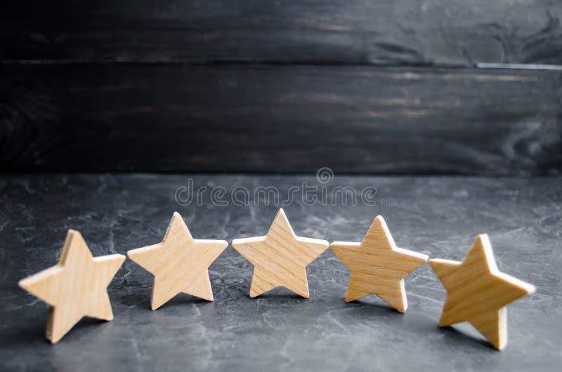 Pięć drewnianych gwiazd Dostaje kwinty gwiazdę Pojęcie ocena cenienie krytycy, goście, i fotografia royalty free