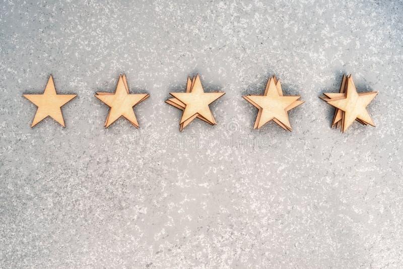 Pięć drewnianych gwiazd w stosach fotografia stock