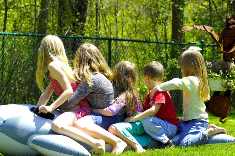 Download Pięć dzieci obraz stock. Obraz złożonej z jard, rodzina - 129215
