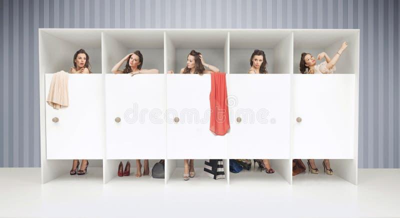 Pięć dziewczyn w odmienianie pokojach zdjęcie stock