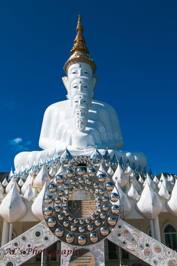 Pięć gigantów Buddha statua siedzi z rzędu zdjęcie stock