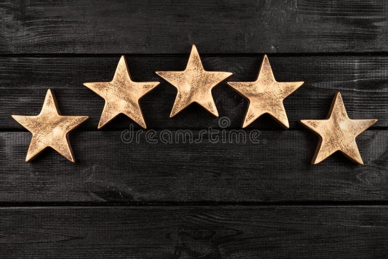 Pięć gwiazd na ciemnym tle zdjęcia stock