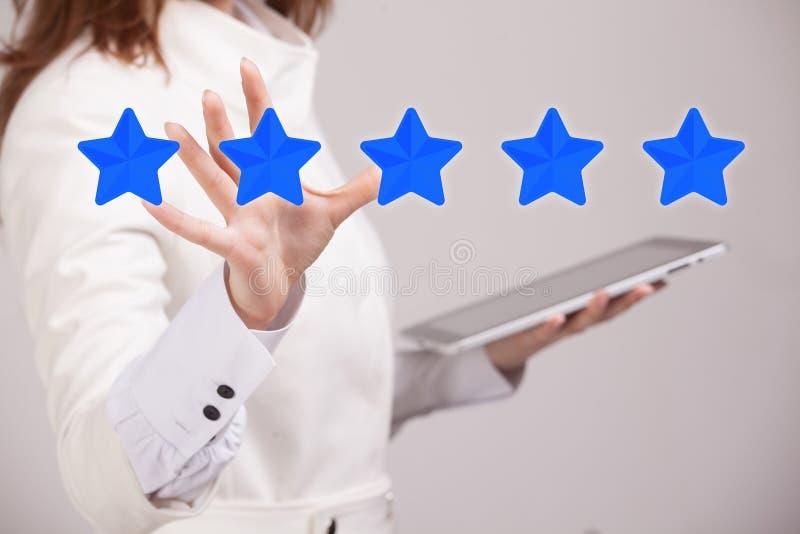 Pięć gwiazdowa ocena lub ranking porównywać z normą pojęcie, Kobieta ocenia usługa, hotel, restauracja obrazy royalty free