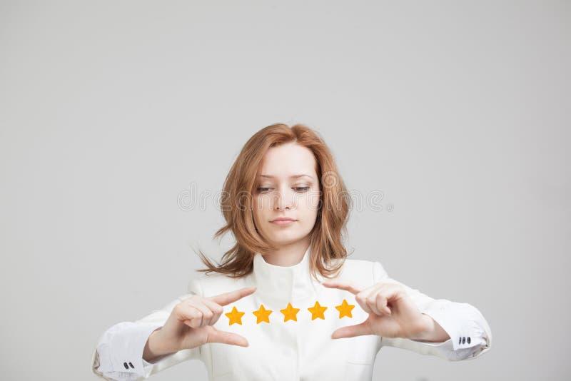 Pięć gwiazdowa ocena lub ranking porównywać z normą pojęcie, Kobieta ocenia usługa, hotel, restauracja zdjęcie royalty free