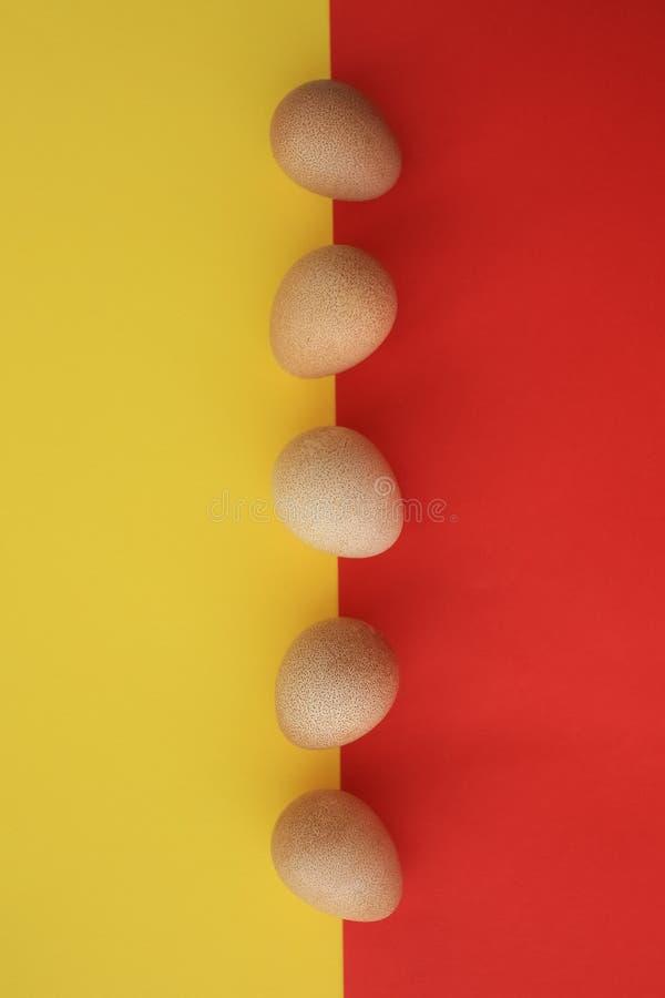Pięć jajek gwinei ptactwo na czerwieni i kolorze żółtym zdjęcia stock