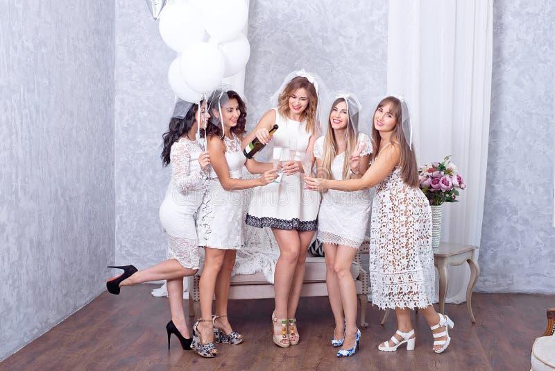 Pięć kobiet w białej odświętności z szampanem obrazy stock