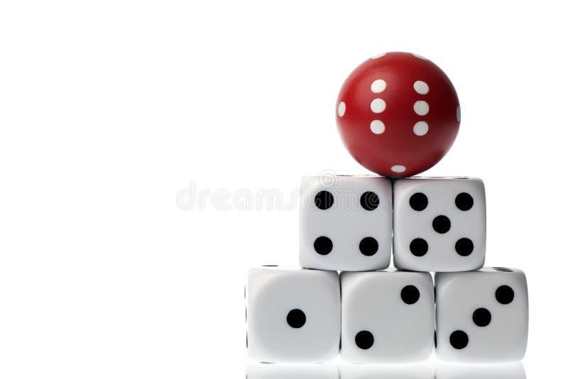Pięć kwadratowych kostka do gry i czerwień zaokrąglającego kostka do gry odizolowywający na bielu fotografia royalty free