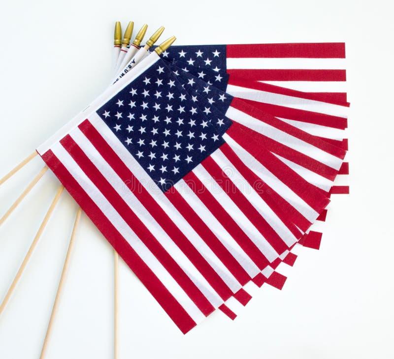 Pięć małych flag amerykańskich odizolowywających na bielu zdjęcia stock