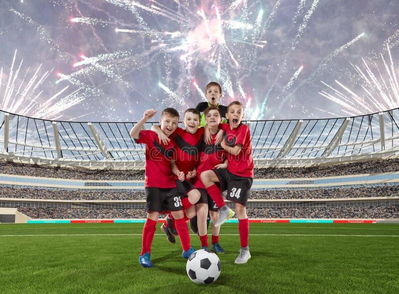 Pięć nastoletnich graczów piłki nożnej świętuje zwycięstwo na boisko do piłki nożnej zdjęcia stock