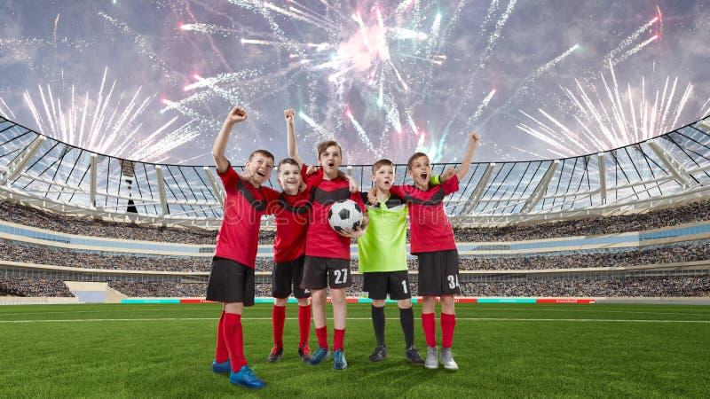 Pięć nastoletnich graczów piłki nożnej świętuje zwycięstwo na boisko do piłki nożnej zdjęcia royalty free