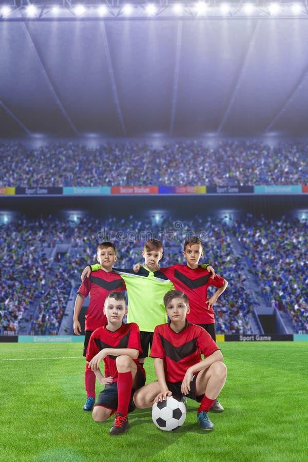 Pięć nastoletnich graczów piłki nożnej na boisko do piłki nożnej zdjęcie royalty free