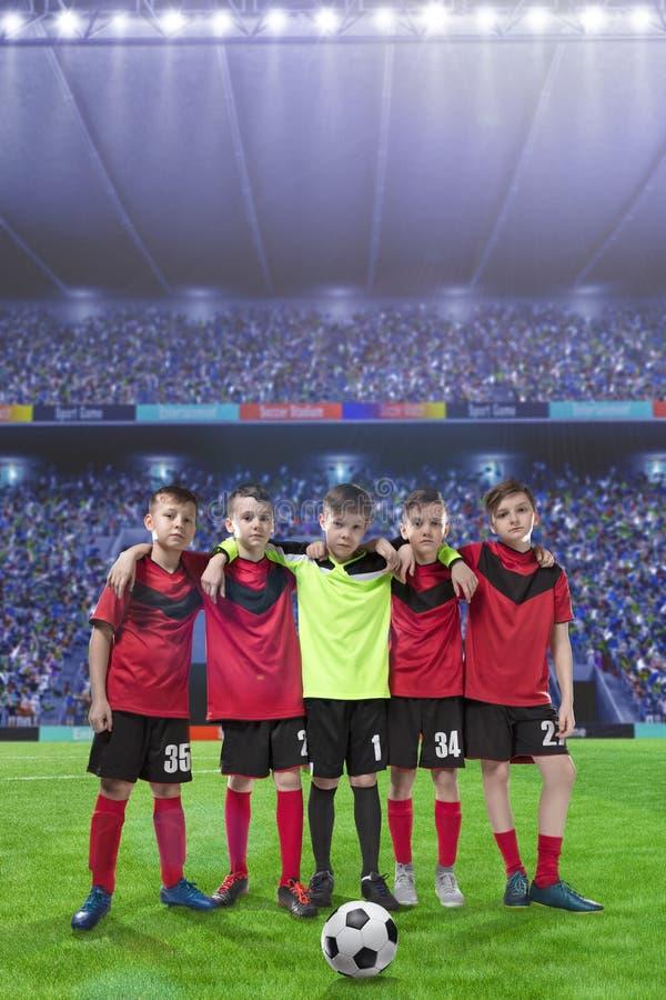 Pięć nastoletnich graczów piłki nożnej na boisko do piłki nożnej zdjęcia stock
