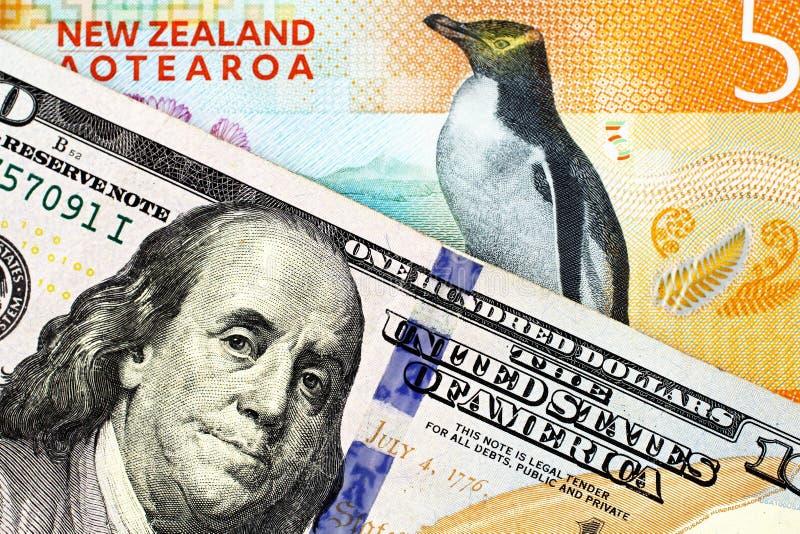 Pięć Nowa Zelandia dolarowy rachunek zamknięty w górę Amerykańskich sto dolarowych rachunków z zdjęcia royalty free
