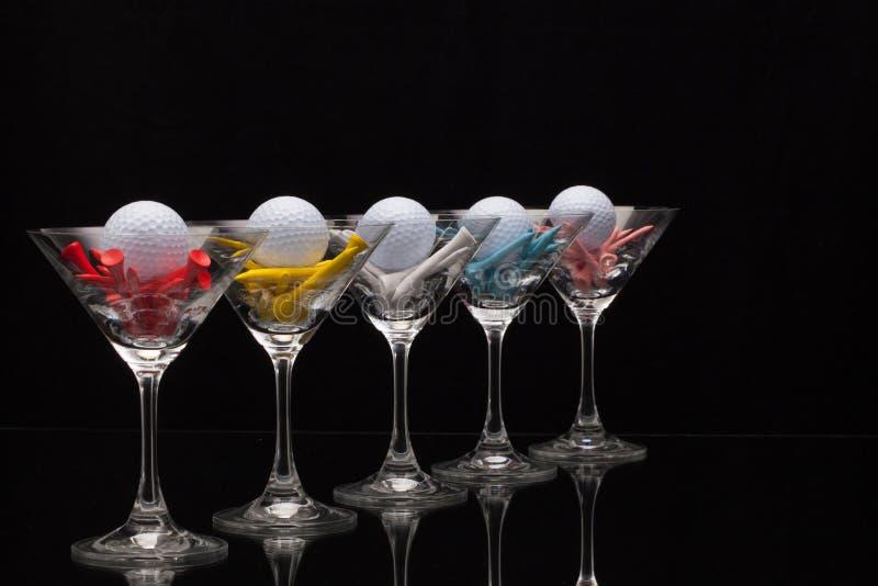 Pięć szkieł szampańscy i różni golfowi trójniki fotografia stock